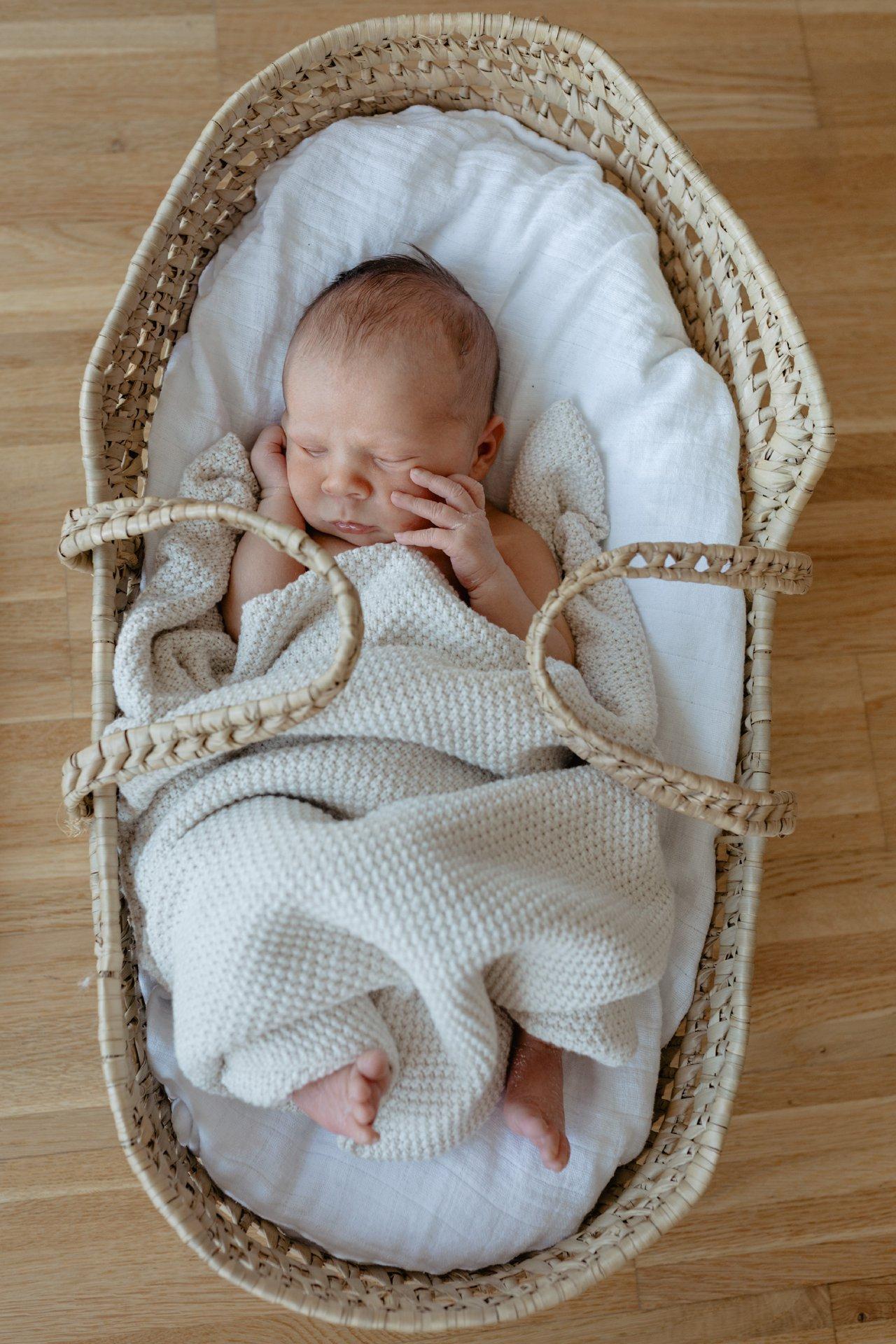 Newborn Homestory Shooting Fotos Baby zuhause Fotografin Baby Newborn Heilbronn Julia Loeffler_0018